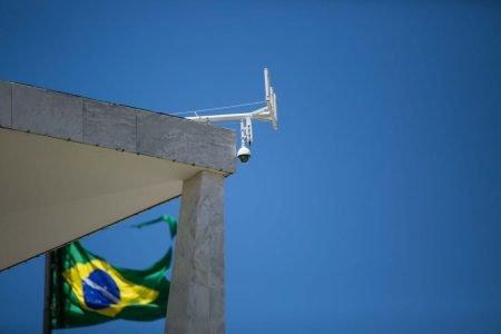 antena no palácio do planalto com bandeira do brasil ao fundo