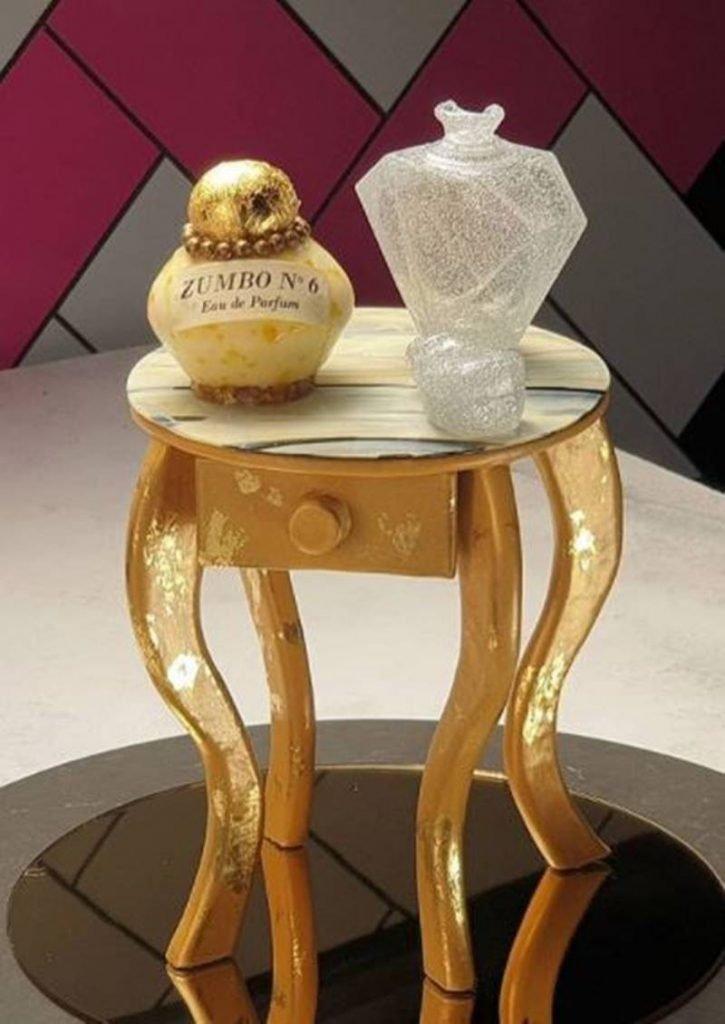 Mesa con perfume, todo comestible