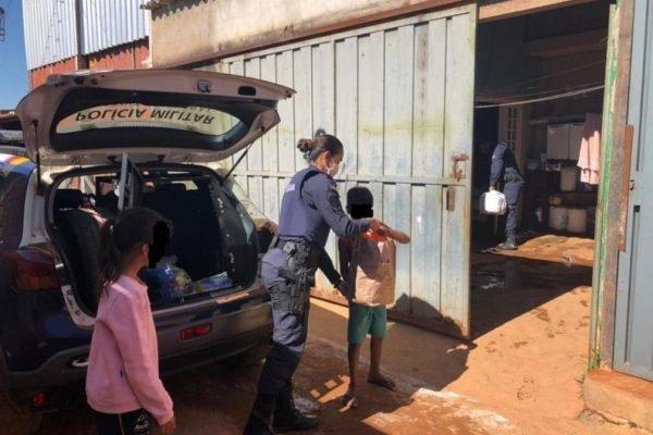Policias doaram roupas e alimentos