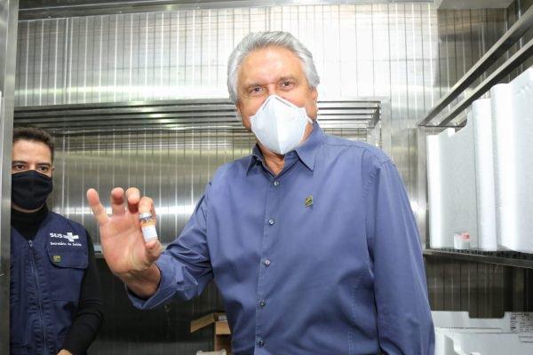 goias governador ronaldo caiado recebe maior remessa de vacinas contra a covid já enviada ao estado
