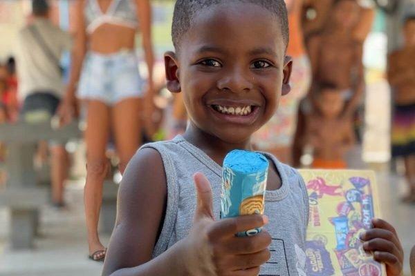 Crianças de favelas do Rio ganham bombons de ONG