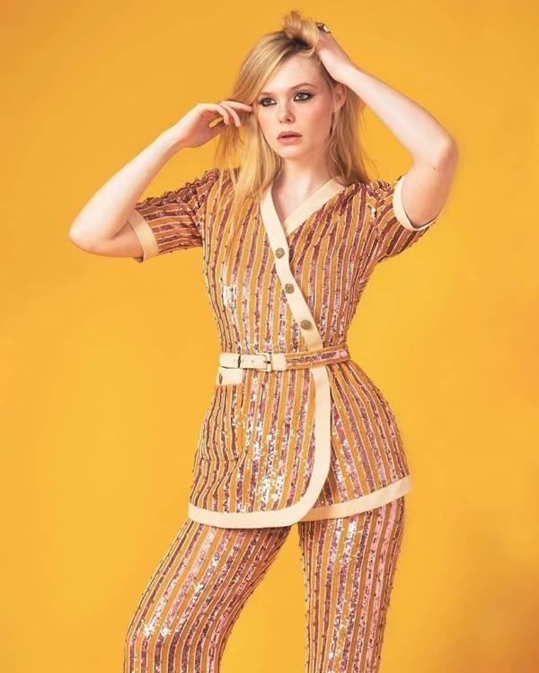 Elle Fanning, de joias e conjunto da Gucci