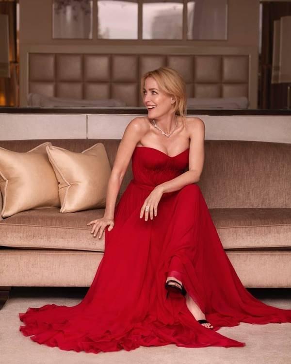 Gillian Anderson, de Dolce & Gabbana, para o SAG Awards 2021