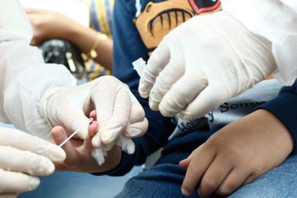Crianças e adolescentes são testados para CoViD-19 em ação organizada pelo Governo de Goiás