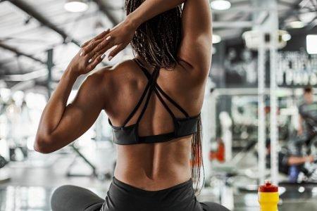 mulher musculosa alongando o corpo