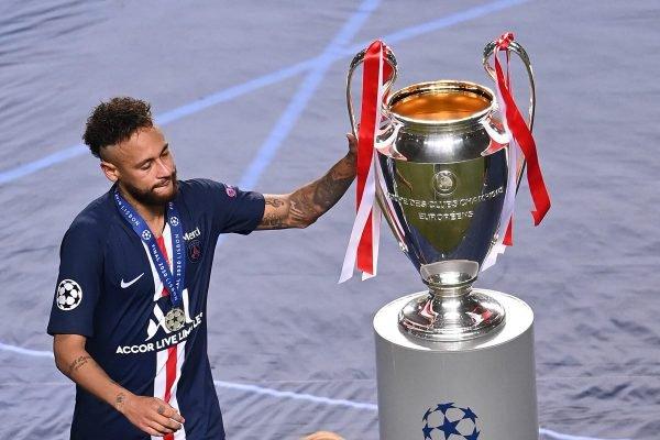 Neymar toca a taça da Champions League
