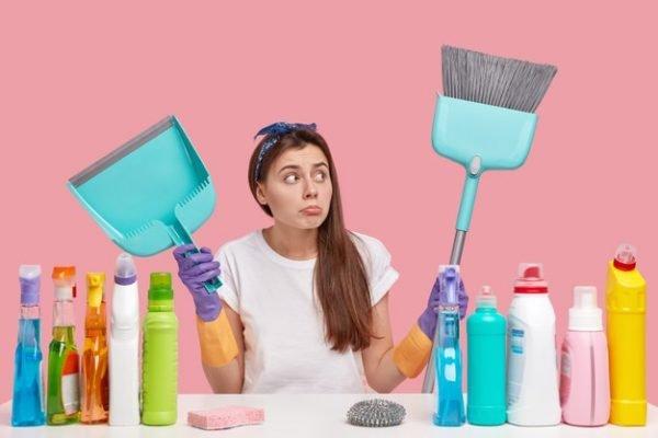 Mulher segurando artigos de limpeza