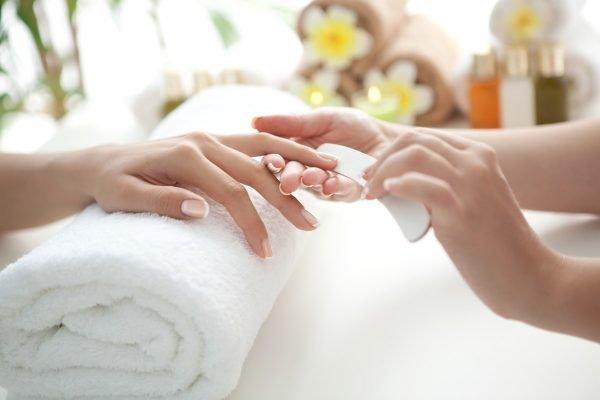 Manicure fazendo as unhas de cliente