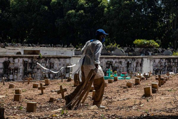 Enterros no cemitério do Caju