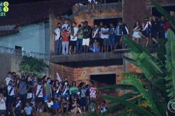 Torcedores do Vasco aglomeram em jogo da Copa do Brasil