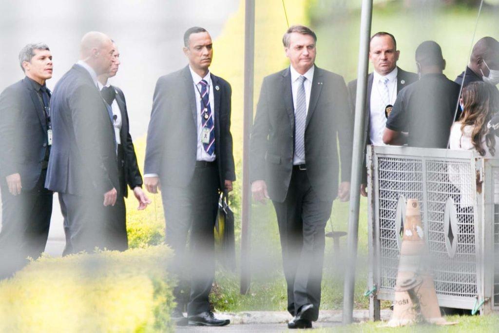 Presidente Jair Bolsonaro cumprimenta apoiadores na saída do Palácio da Alvorada