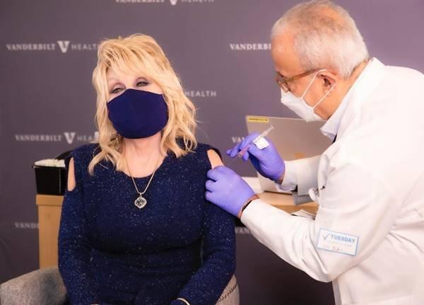 Dolly Parton recebendo vacina contra a Covid-19