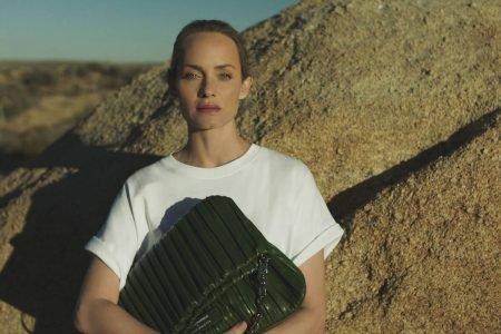Amber Valletta em campanha para sua collab com a grife Karl Lagerfeld