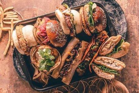 Prato com hambúrgueres e sanduíches