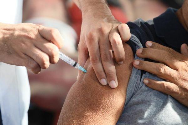 Campanha de vacinação na quadra do Cacique de Ramos