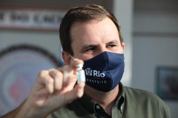 Prefeito do Rio, Eduardo Paes, participa de campanha na quadra do Cacique de Ramos