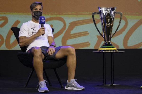 Diego e o troféu da Supercopa do Brasil
