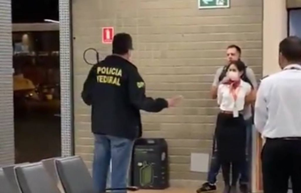 Policial federal conversa com homem que faz comissária de bordo de refém