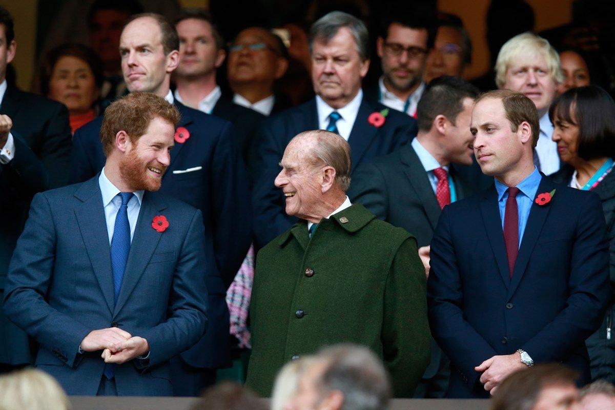 Príncipe Philip entre os netos, Harry e William