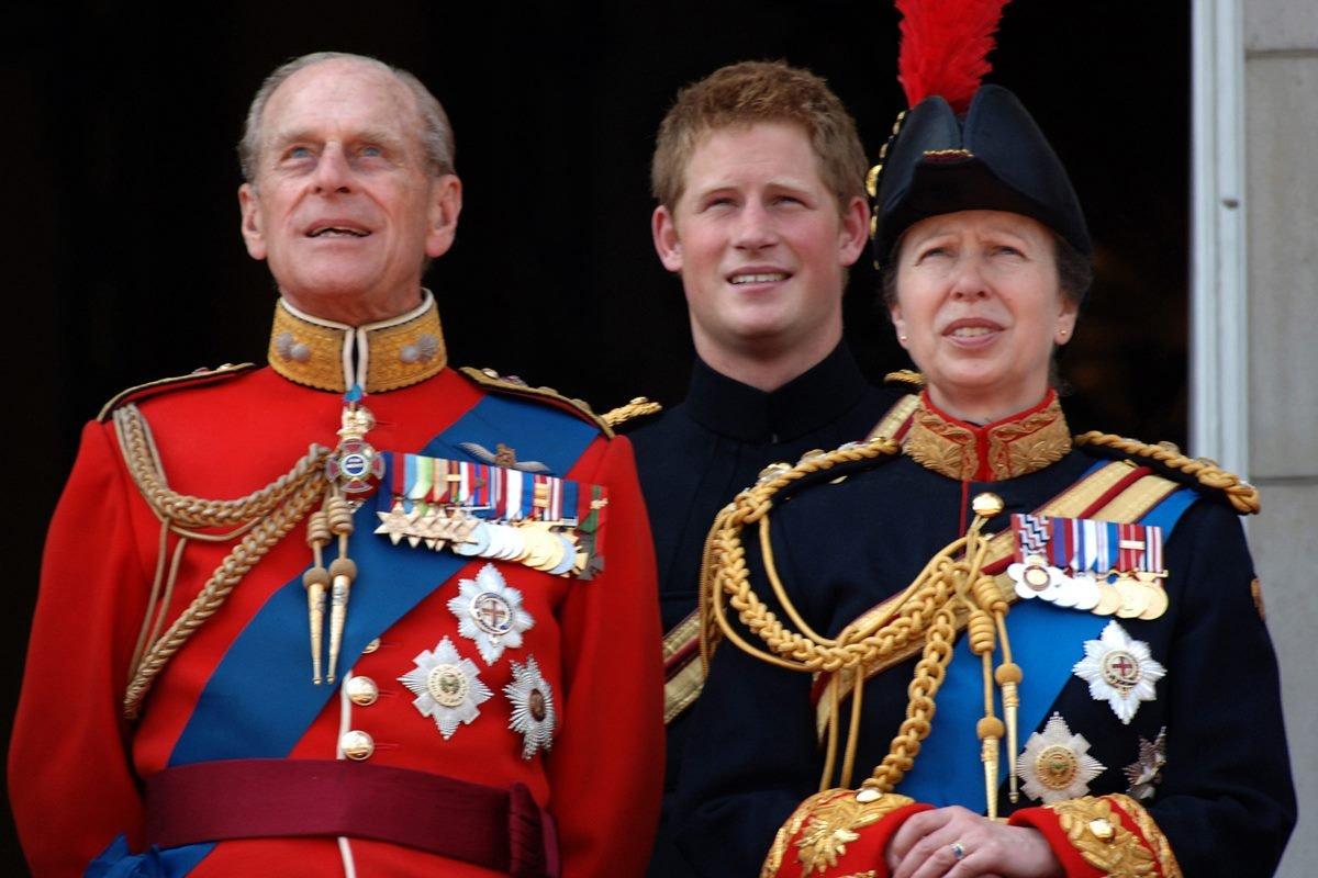 Príncipes Philip e Harry, e princesa Anne