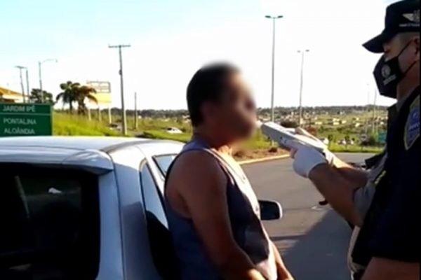 motorista bêbado faz teste do bafômetro em goiânia