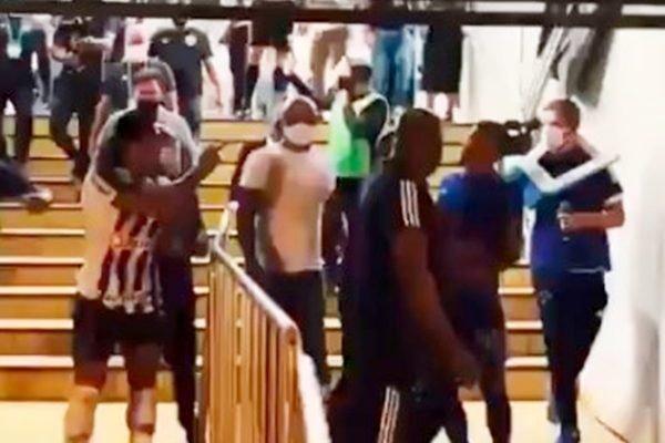 Kulk Paraíba e William Pottker brigam no vestiário do Mineirão após clássico entre Cruzeiro e Atlético-MG