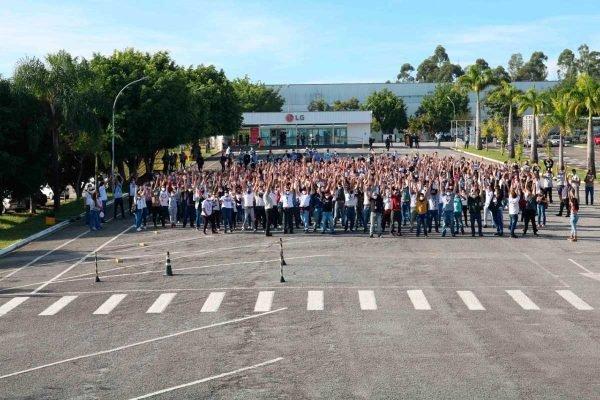Centenas de trabalhadores da LG em Taubaté entram em greve contra fim da empresa
