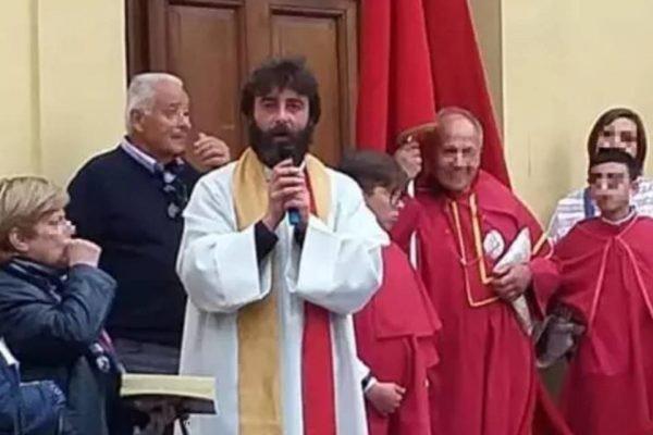 Padre anuncia que está apaixonado durante missa