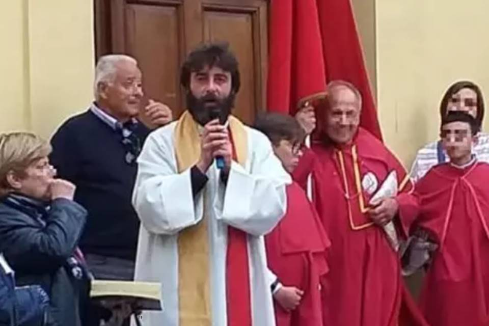 No meio de missa, padre anuncia que está apaixonado por mulher