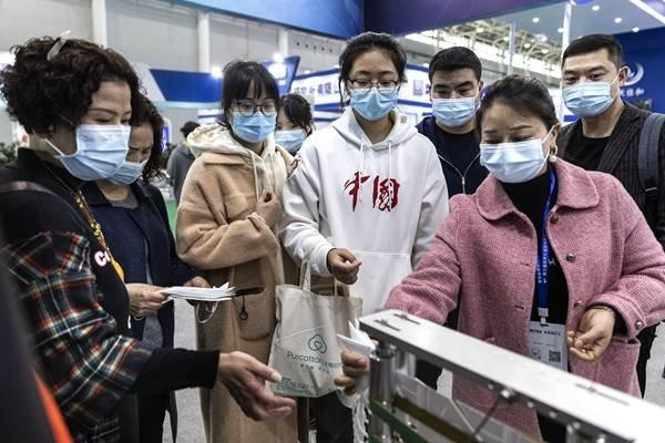 Chineses usando máscara