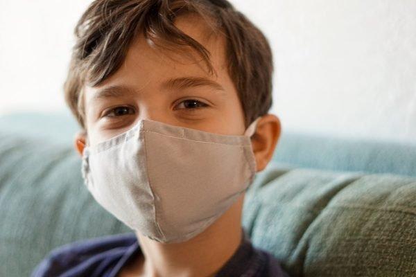 criança com máscara covid coronavírus