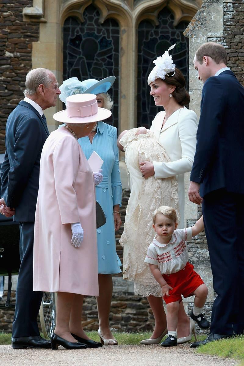 Rainha Elizabeth, príncipe Philip, Camilla Parker, Kate Middleton, princesa Charlotte e príncipe William com George