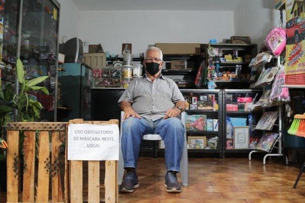 Valdemar Martins, de 73 anos, dono de loja de artigos de papelaria e presentes