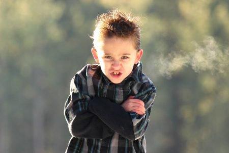menino de braços cruzados estressado com raiva