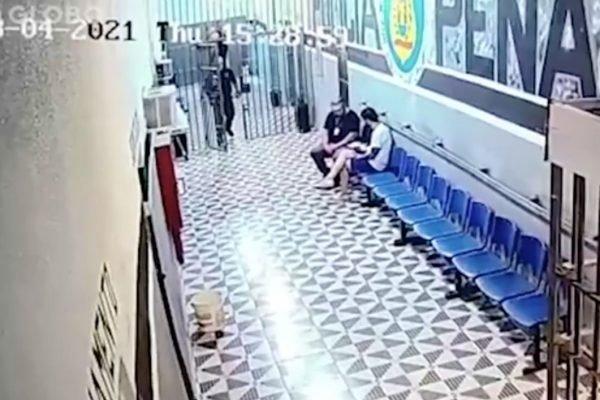 Caso Henry: Jairinho recebe sanduíche das mãos de diretor de presídio