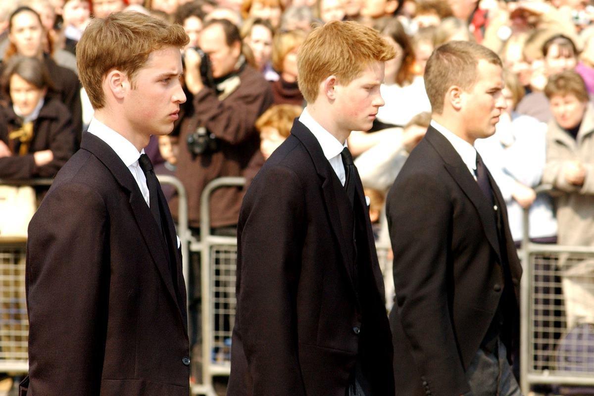 Príncipes William e Harry com Peter Phillips