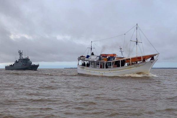 Marinha apreende 2ª embarcação venezuelana por pesca ilegal na costa