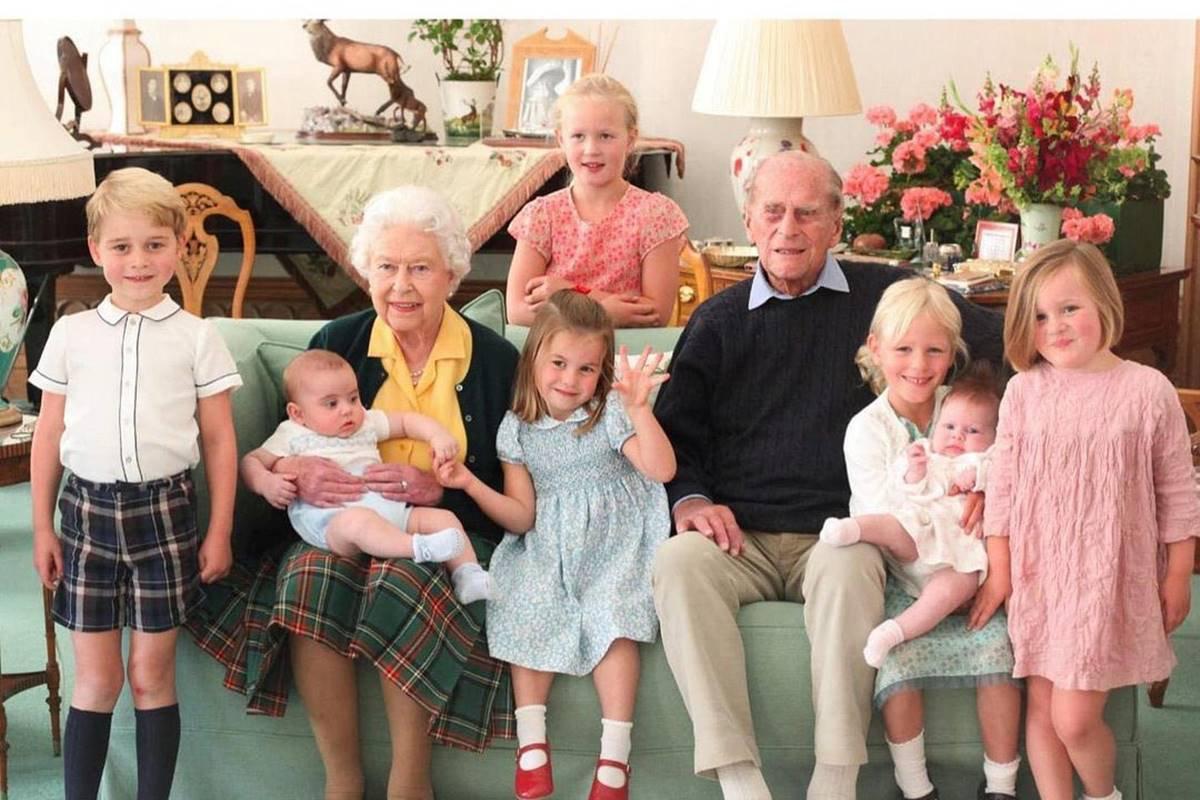 Rainha e príncipe Philip com alguns bisnetos