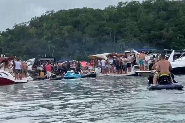 festa com aglomeracao em lanchas em Santa Catarina