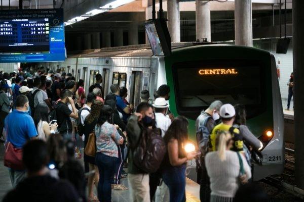 Estação de Ceilândia Centro lotada por causa da greve dos metroviários no DF