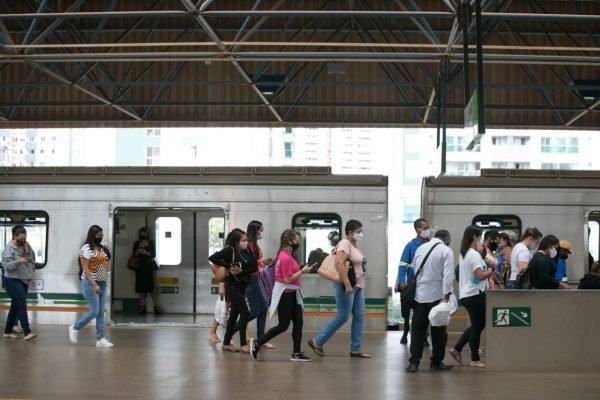 Estação de Águas Claras lotada por causa da greve dos metroviários no DF