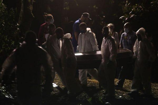 Enterro noturno / cemitério São Paulo
