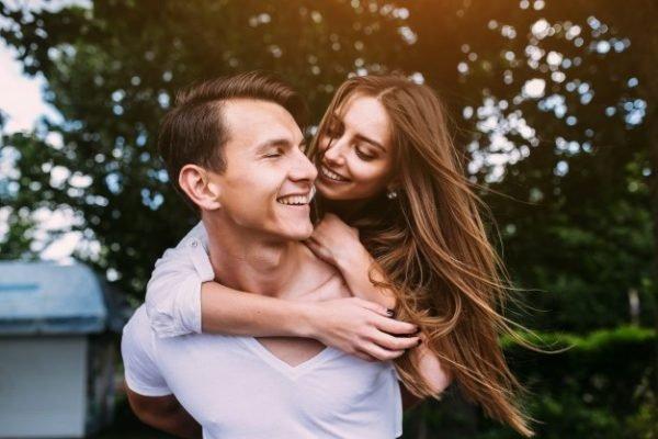 Mulher e homem abraçados, casal