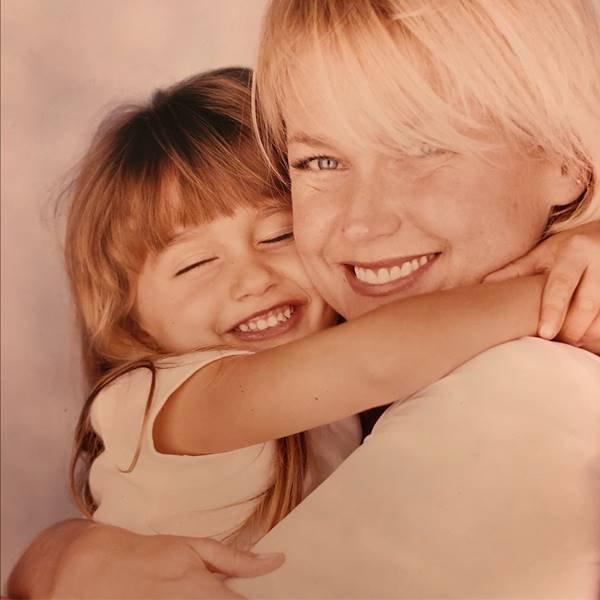 Sasha e Xuxa abraçadas em foto antiga