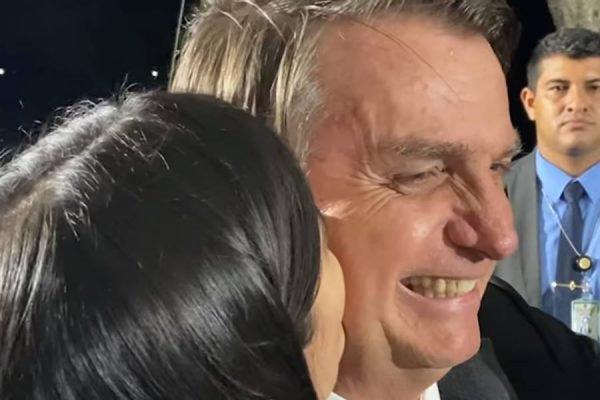 Em plena pandemia, o presidente Jair Bolsonaro permite que uma mulher o abrace e o beije na bochecha