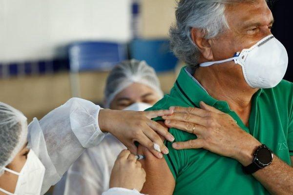Governador de Goiás, Ronaldo Caiado (DEM), recebe segunda dose de vacina contra a Covid-19 em Goiânia