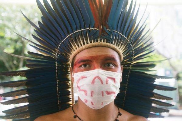 Indígenas de diversas etnias proticolam documento no Ministério do Meio Ambiente, Ministério da Justiça e no da Saúde em defesa da demarcação do território e direitos do povos indígenas