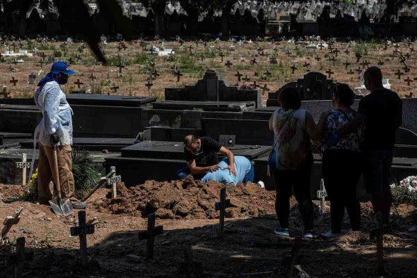 Coveiros do Cemitério do Caju, no Rio
