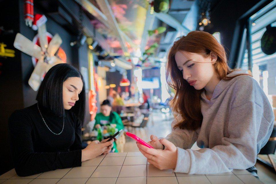jovens usando smartphone