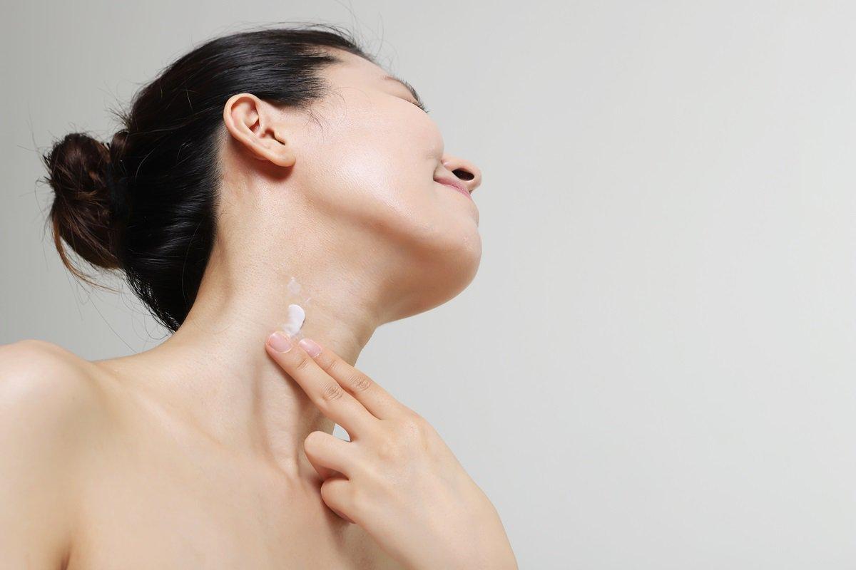 Mulher pescoço hidratante
